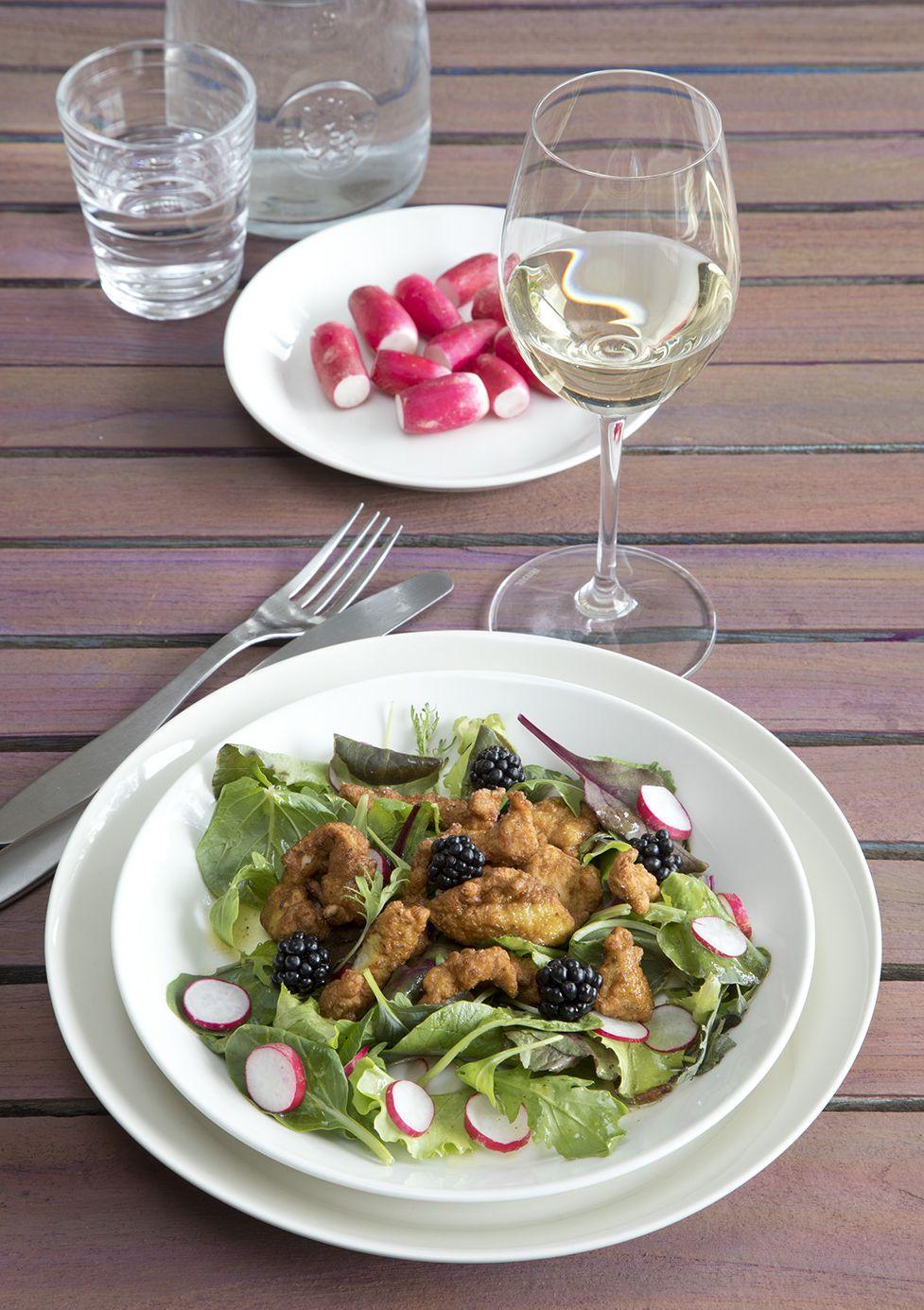 Salade met gefrituurde kipreepjes